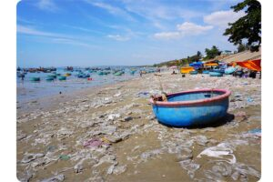 photo plage dechets pollution plastique sable asie vietnam