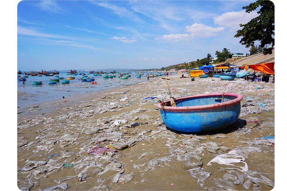 photo plage dechets pollution plastique sable asie vietnam